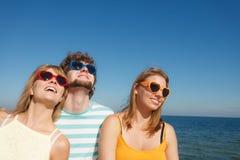 Groupez les filles du garçon deux d'amis ayant l'amusement extérieur Photographie stock