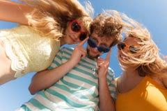 Groupez les filles du garçon deux d'amis ayant l'amusement extérieur Image libre de droits