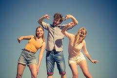 Groupez les filles du garçon deux d'amis ayant l'amusement extérieur Images libres de droits