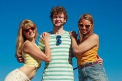 Groupez les filles du garçon deux d'amis ayant l'amusement extérieur Photos libres de droits