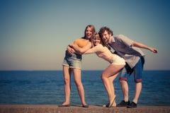 Groupez les filles du garçon deux d'amis ayant l'amusement extérieur Image stock