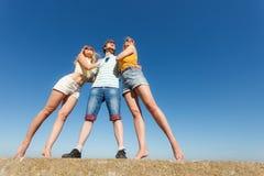 Groupez les filles du garçon deux d'amis ayant l'amusement extérieur Images stock