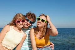 Groupez les filles du garçon deux d'amis ayant l'amusement extérieur Photos stock