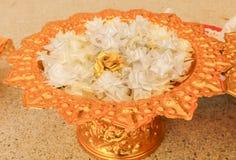 Groupez les fleurs blanches de ruban de fleurs d'aumône, culture thaïlandaise sur l'aller images libres de droits
