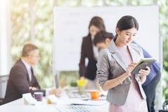 Groupez les gens d'affaires asiatiques avec le fonctionnement et le brainst occasionnels de costume Photo stock