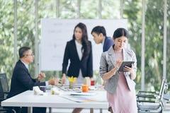 Groupez les gens d'affaires asiatiques avec le fonctionnement et le brainst occasionnels de costume Images libres de droits