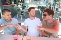 Groupez les jeunes amis gais buvant de la bière et célébrant dehors Photo libre de droits