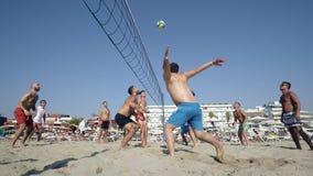Groupez les jeunes amis jouant le volleyball sur la plage à Durres, Albanie Photographie stock
