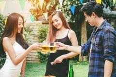 Groupez les jeunes asiatiques d'ami célébrant des festivals de bière heureux Photo libre de droits