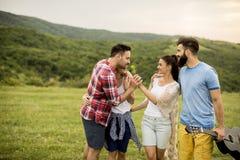 Groupez les jeunes d'OD ayant l'amusement en voyage en nature Photographie stock