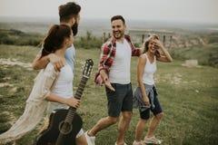 Groupez les jeunes d'OD ayant l'amusement en voyage en nature Image libre de droits