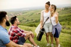 Groupez les jeunes d'OD ayant l'amusement en voyage en nature Photographie stock libre de droits