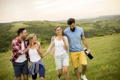Groupez les jeunes d'OD ayant l'amusement en voyage en nature Image stock