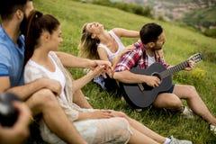 Groupez les jeunes d'OD ayant l'amusement en voyage en nature Photo stock
