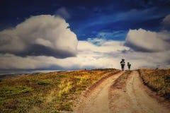 Groupez les personnes avec le sac à dos sous le ciel bleu dramatique Photos libres de droits