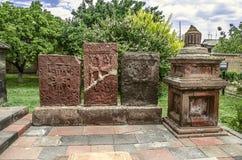 Groupez les pierres tombales antiques de la croix découpée dans l'église Image libre de droits