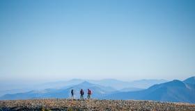 Groupez les touristes appréciant la vue sur la montagne rocheuse platon Image stock