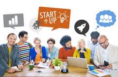 Groupg von multiethnischen Designern in einer Sitzung mit Sprache-Blasen Lizenzfreie Stockfotos