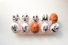 Groupmatesconcept Eieren in cellen met geschilderd Stock Fotografie