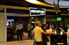 Groupon shoppar den räknareSuntec staden Singapore Royaltyfria Bilder