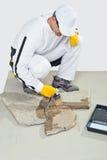 Grout da primeira demão da escova do trabalhador das pedras Fotografia de Stock Royalty Free