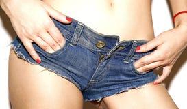 Grov bomullstvill kortsluter på blåa flickahänder i fack Royaltyfri Bild