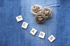 Grov bomullstvillbakgrund med hessiansblommor Fotografering för Bildbyråer
