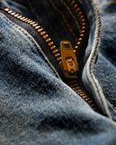 Grov bomullstvillblixtlås på gammal jeans Royaltyfria Bilder