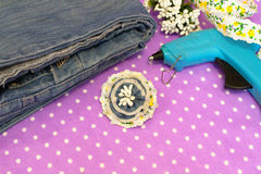 Grov bomullstvillblommabrosch, jeans, varmt lim, band - vad som ska göras från gammal jeans, uppsättning fotografering för bildbyråer