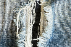 Grov bomullstvilljeans med gammalt sönderrivet av modejeans Royaltyfri Foto