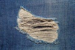 Grov bomullstvilljeans med gammalt sönderrivet av modejeans planlägger Fotografering för Bildbyråer