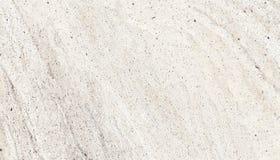 Grov fasad för ljus betongvägg som göras av naturligt cement med hål och skönhetsflar som en tom lantlig textur royaltyfri foto