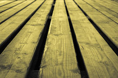 Grov gul gråaktig gulaktig träetappbakgrund med bottenläge Royaltyfria Foton