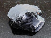 grov kristall för obsidian (vulkaniskt exponeringsglas) på mörker Arkivbild
