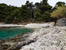 Grov kroatisk kustlinje i Nerezine Royaltyfria Bilder