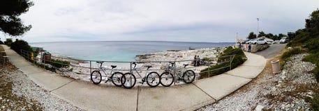 Grov kroatisk kustlinje i Nerezine med cyklar, panorama Fotografering för Bildbyråer