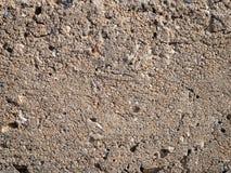Grov murbruk med beigea sprickor Arkivfoto