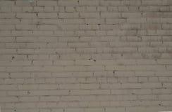 Grov tegelstenvägg för bakgrund som målas med vit målarfärg Royaltyfri Fotografi