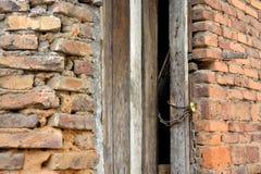 Grov tegelstenvägg och dörr Arkivbild