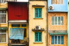Grov vägg med balkonger och fönsterbakgrund Arkivfoto
