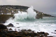 Grova hav som bryter på vågbrytaren Arkivbild