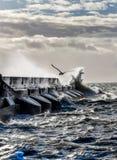 Grova hav som kraschar mot väggen för Brighton marinahabour, en solit Arkivfoton