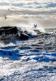 Grova hav som kraschar mot väggen för Brighton marinahabour, en solit Arkivfoto