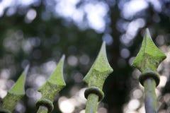 Grova spikar på det gamla smidesjärnstaketet Fotografering för Bildbyråer