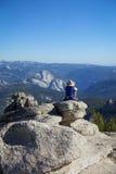 Groveland,加利福尼亚-美国- 2014年7月24日:在Mt附近的一个独奏远足者 Hoffmangazes在半圆顶,在优胜美地 库存照片