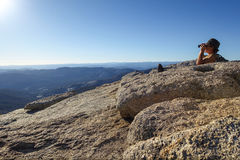 Groveland, Калифорния - Соединенные Штаты - 24-ое июля 2014: Человек ищет с биноклями после пешего туризма к верхней части Mt hof стоковое фото