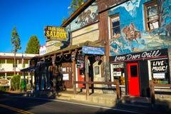 Groveland, Califórnia - Estados Unidos - 20 de julho de 2014: O bar da porta do ferro é uma barra histórica em Groveland do centr fotografia de stock