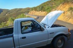 Groveland, Californië - Verenigde Staten - Juli 20, 2014: Een 2001 Ford Ranger aan de kant van Priester Grade Road wordt opgespli stock foto