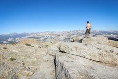 Groveland, Californië - Verenigde Staten - Juli 24, 2014: Een shirtless wandelaar die zijn telefoon bovenop MT controleren Hoffma Royalty-vrije Stock Fotografie