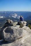 Groveland Kalifornien - Förenta staterna - Juli 24, 2014: En kvinna tar ett foto av den halva kupolen i den Yosemite nationalpark Arkivfoton